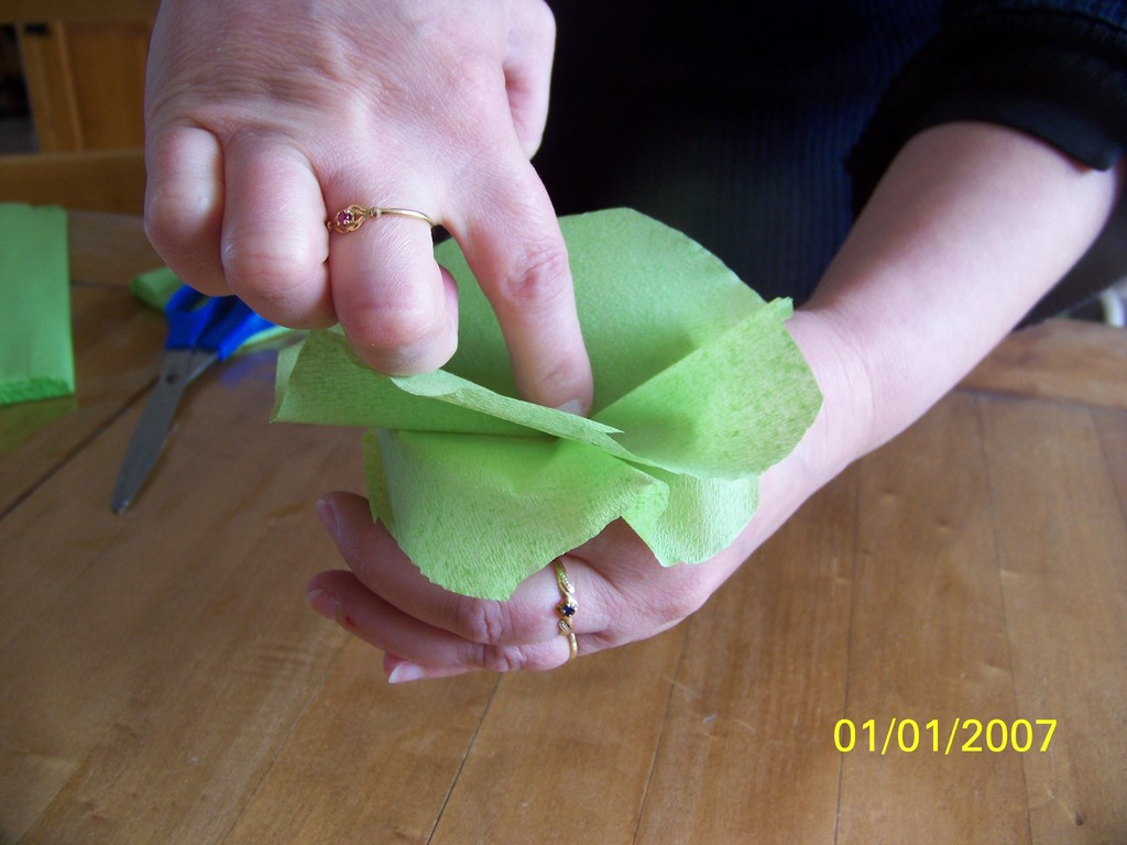 7) Entortiller la pointe obtenue pour former la fleur