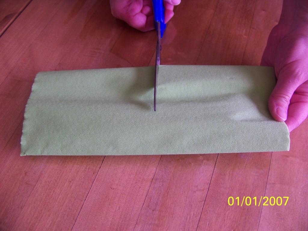 2) Découper les angles pour former un ovale