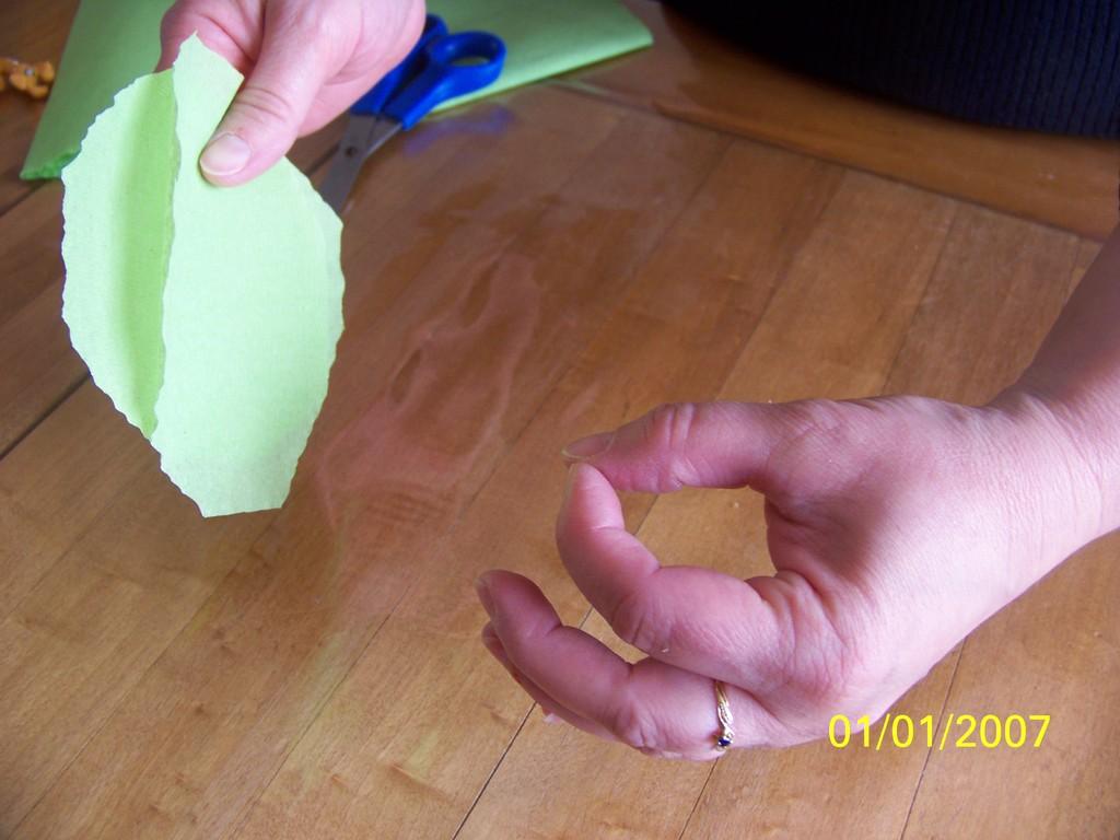 6) Enfoncer le crépon avec l'index de l'autre main