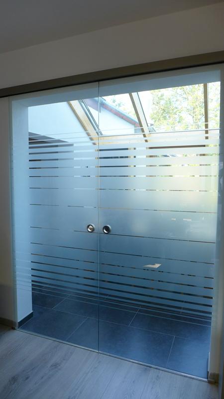 Glastür mit Dekorstreifen