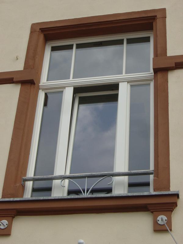 Fenster an Schulgebäude nach Auflage des Denkmalschutzes