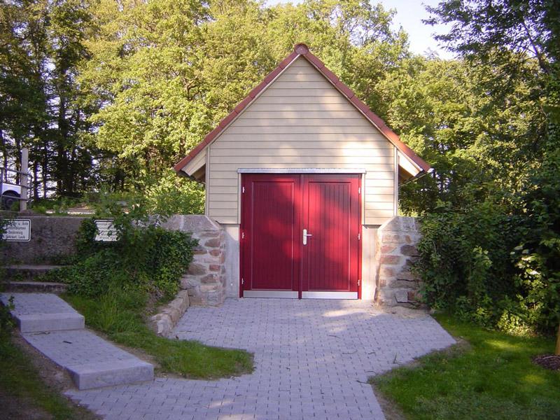 Zweiflügelige Holztür für Funktionsgebäude