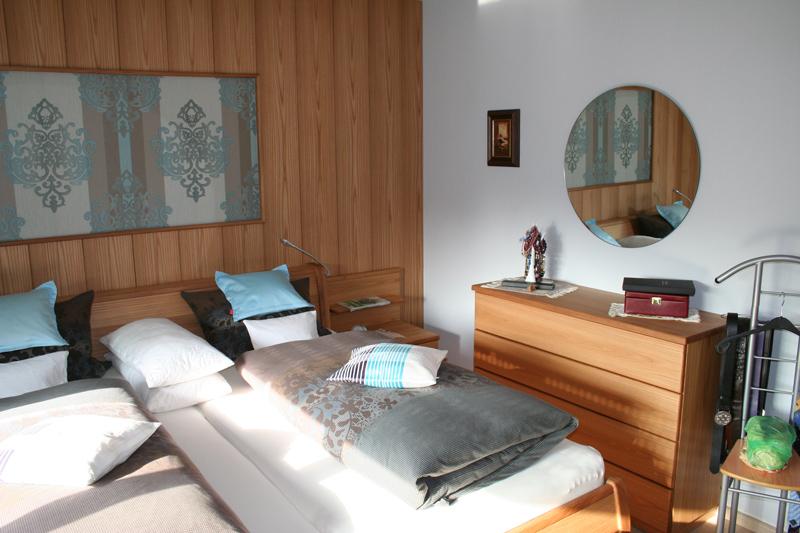 Kompletter Schlafzimmer-Ausbau, Holzart Rüster