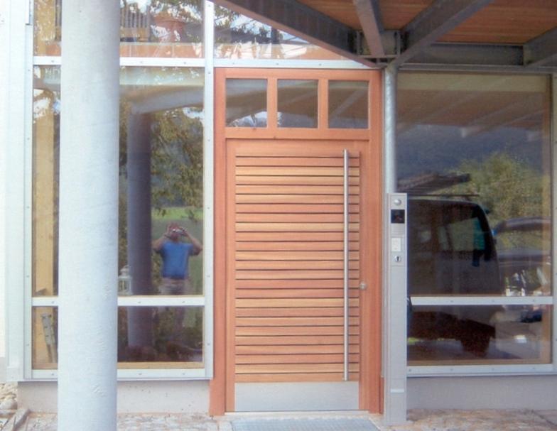 Holztür in Glasfassade integriert