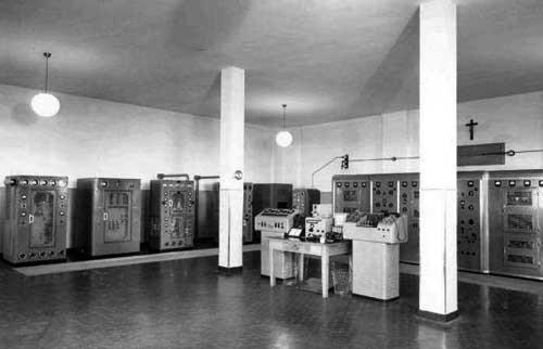 """ICB - Genova Radio primi anni 1950 Trasmettitori Marconi Classe """"Pechino"""", rivisionati ed aggiornati per standard di sicurezza, forse ex Coltano Radio IAC (tramettitori 1 e 3 da sinistra)."""