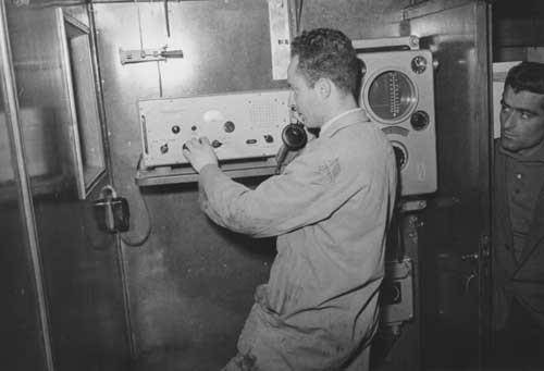 1949 –  GIUSEPPE MOSCA - I6TIH - A BORDO DI UNA  NAVE INTENTO A COLLAUDARE UN APPARECCHIO RADIO
