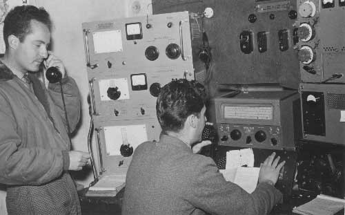 1958 –  IQP - SAN BENEDETTO PT  RADIO       DA SX I TECNICI / OPERATORI  GIUSEPPE MOSCA I6TIH ED IMPERO BOELLIS ALLE PRESE CON       UN NUOVO APPARATO ARRIVATO DA POCO......UN  HALLICRAFT