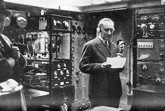 Il giorno dell'accensione delle luci del municipio di Sydney, compiuta da Guglielmo Marconi nella sua cabina radio a bordo dell'Elettra, 26 marzo 1930.
