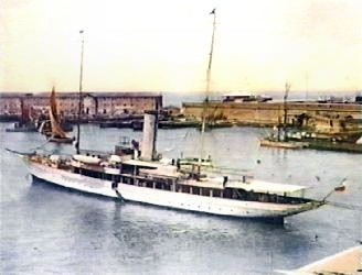 L' Elettra nel porto di Civitavecchia in una rara immagine a colori.