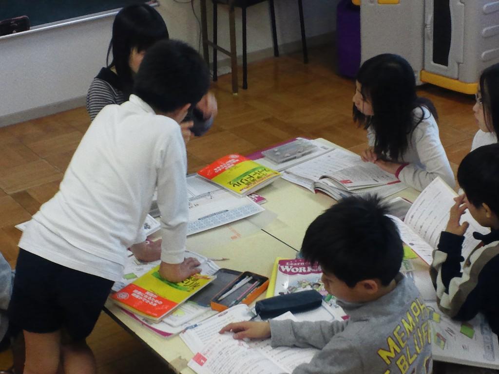マック英会話教室は、貝塚市木島幼稚園でも教えています。写真は、小学生クラス。
