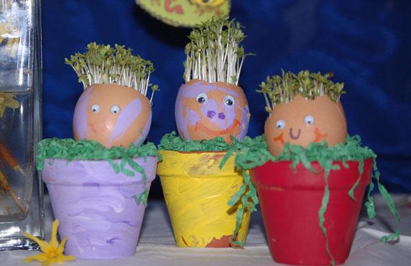 Die Tageskinder in Schwechat basteln Eierköpfe im Topf