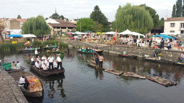 Promenades en barque et marchés de cillage (ici le marché sur l'eau du Vanneau)