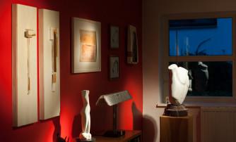 Das Atelier im Hause Günther präsentiert Kunst dezent beleuchtet, ohne den Betrachter zu blenden.