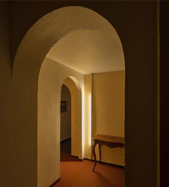 """Geschickt verborgene LED-Leisten in einem Hotelflur vermeiden Blendeffekte und lassen die Gäste nicht in eine """"Lichtfalle"""" laufen."""