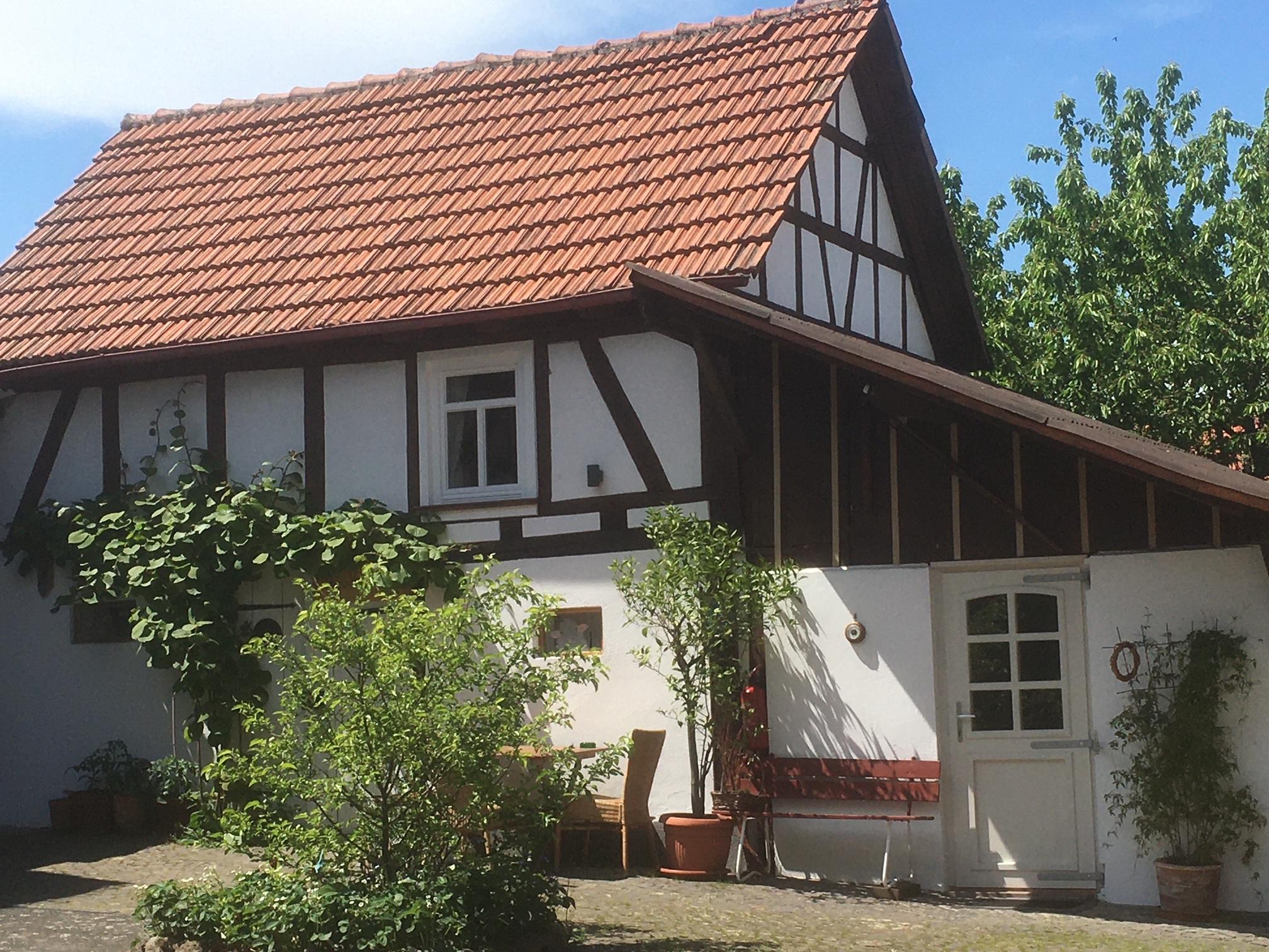 Links das Alte Schäferhaus und rechts das dazugehörige Badezimmer
