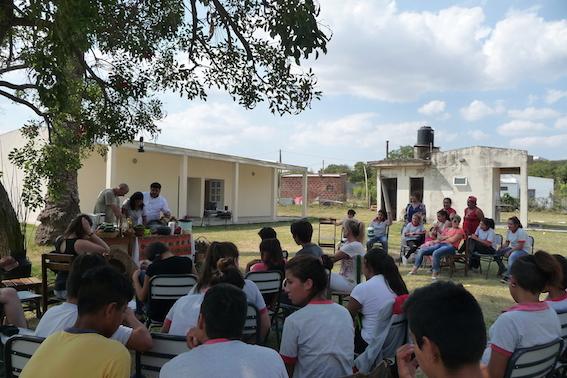Viele TeilnehmerInnen beim Fisch-Koch- und Verarbeitungskurs.