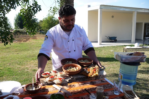 Der Chef-Koch in Aktion im Freien. Einige Gerichte sind schon fertig.