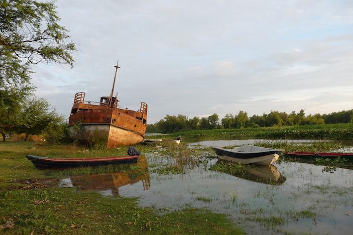 Ein gestrandetes Schiff dient jetzt als Ausflugsziel.