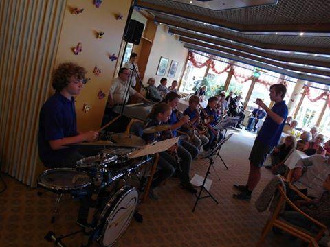 Das Vororchester beim Sommerfest von der Senioren-Residenz Stiemerling, Ltg. Florian Weiser