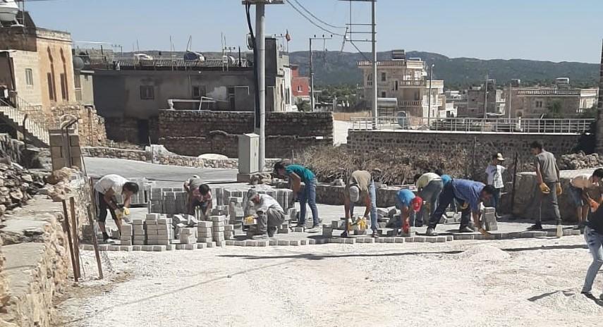 Die Jugend von Arkah hat im Sommer 2020 auf eigene Initiative die staubigen Straßen ihres Heimatdorfes gepflastert. – Wenn es für die kleine christliche Minderheit im Tur Abdin eine Zukunft haben soll, dann braucht es solche Projekte mit Perspektiven.