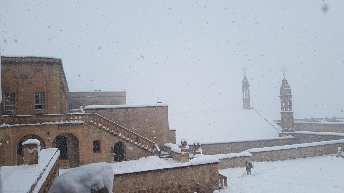 Im Winter zeigt sich der Tur Abdin auch verschneit und kalt. Hier ein Blick auf das Kloster Mor Gabriel.