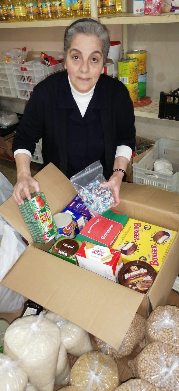 Verpacken von Lebensmittelpaketen in Ajeltoun