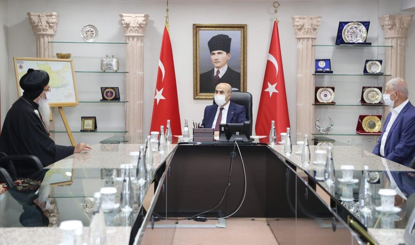 Die Christen haben es als Minderheit in der Türkei nicht leicht. Abtbischof Timotheos bemüht sich um guten Beziehungen zur türkischen Politik und den Behörden. (Hier Besuch beim Provinzgouverneur in Mardin)..