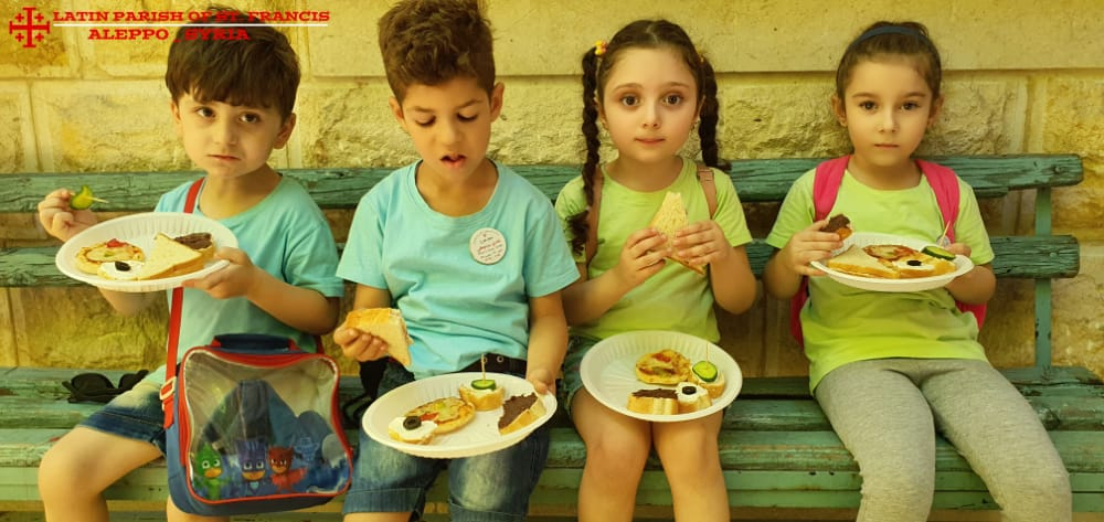 Gute Verpflegung für Kinder bei den Sommer-Aktivitäten in Aleppo
