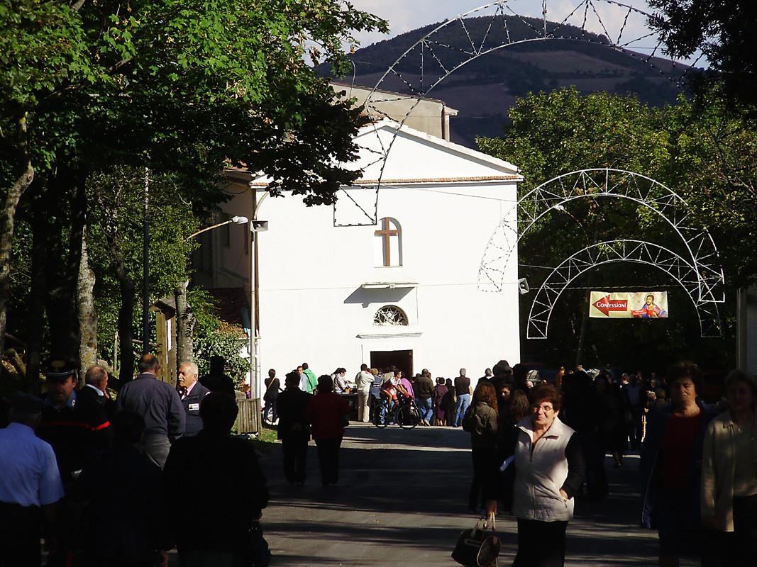 ... davanti alla Capella si accalca la folla dei devoti alla Vergine ...