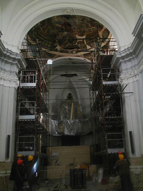 """I ponteggi allestiti nella zona absidale, per il difficoltoso restauro. Nella cupola è visibile l'affresco di Paolo Gamba, raffigurante la """"Incoronazione della Beata Vergine Maria"""" (1747)"""