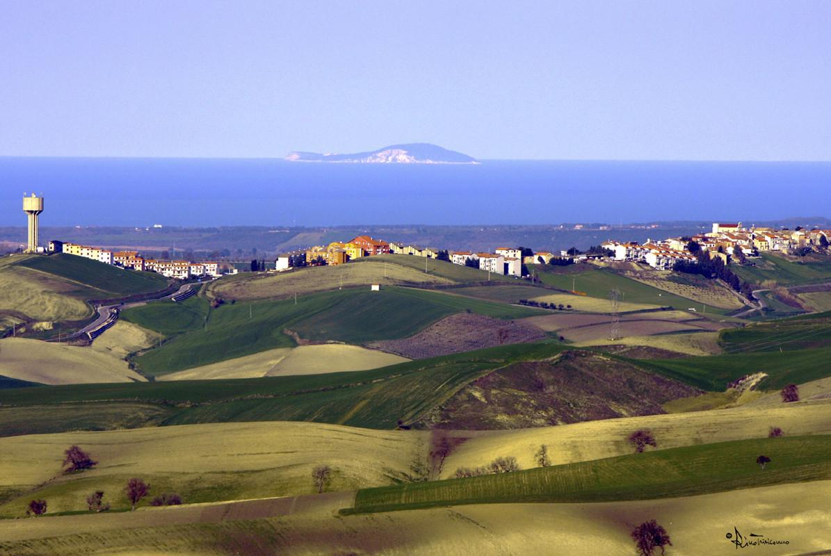 il mare Adriatico e l'isola di S. Domino, la più grande delle Tremiti