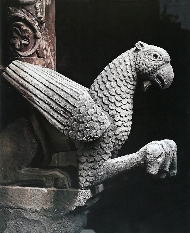 Cattedrale di Larino grifo con agnello nel portale