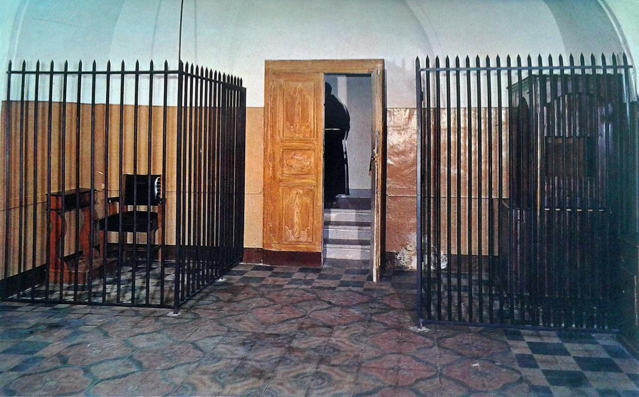 Un diverso confessionale (a destra), adoperato da Padre Pio in un'epoca successiva; a sinistra, l'inginocchiatoio che egli usò negli ultimi anni