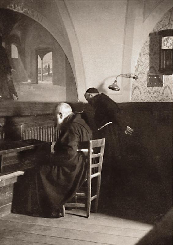 Padre Pio raccolto in preghiera davanti al Crocifisso delle stimmate; accanto a lui, padre Onorato Marcucci (1905-1989), che fu suo assistente personale dal 1964 alla morte