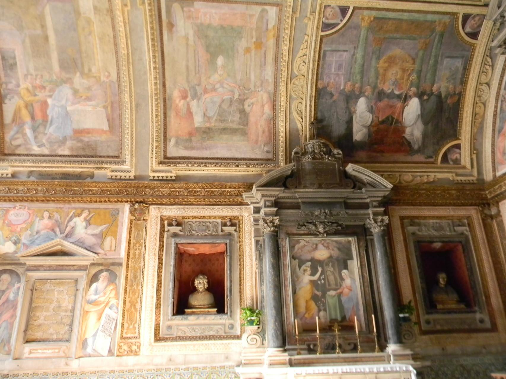 Il busto-reliquiario di S. Tellurio martire, inserito in una nicchia rettangolare, mentre quella timpanata è murata [foto Peppe Guida]