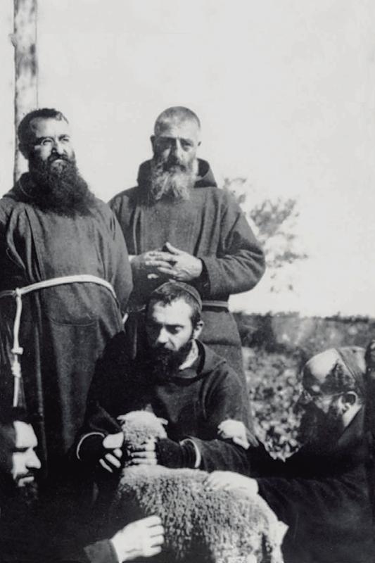 Padre Pio (accovacciato, al centro); dietro di lui, fra Camillo Colavita da Sant'Elia a Pianisi (1871-1933), che conosceva sin da bambino; a destra, padre Luigi da Avellino (1884-1959), che sarebbe stato Vicario provinciale per pochi mesi nel 1924