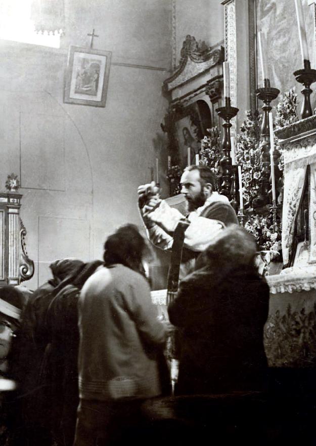 Padre Pio giovane durante l'elevazione dell'Ostia nella Santa Messa