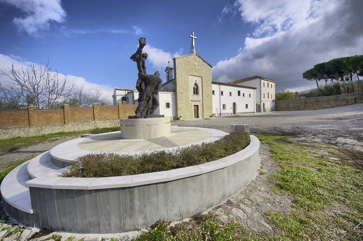 Veduta d'insieme col monumento a Padre Pio (1992)