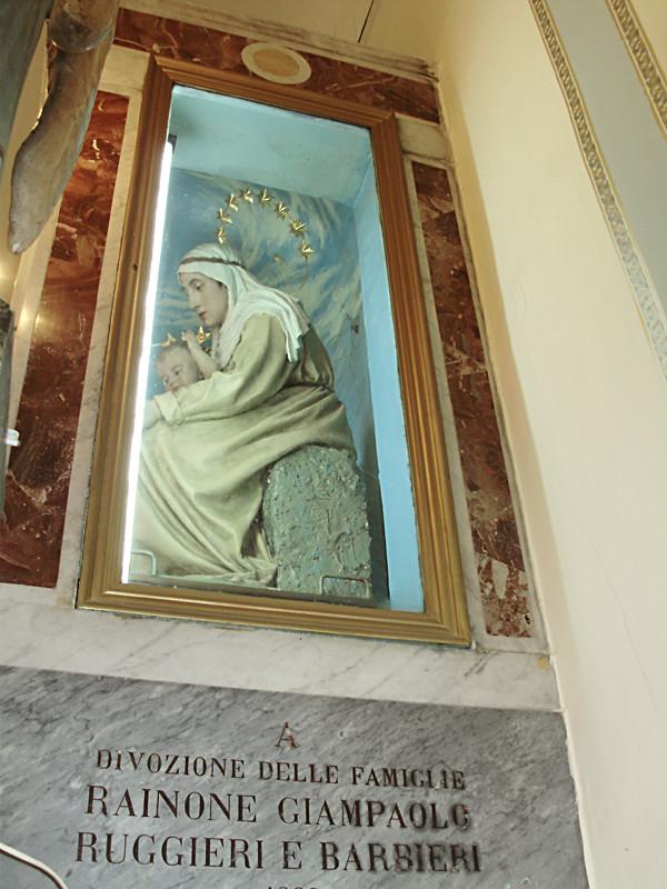 alla fine della celebrazione, si scorre lungo il trono della Madonna ...