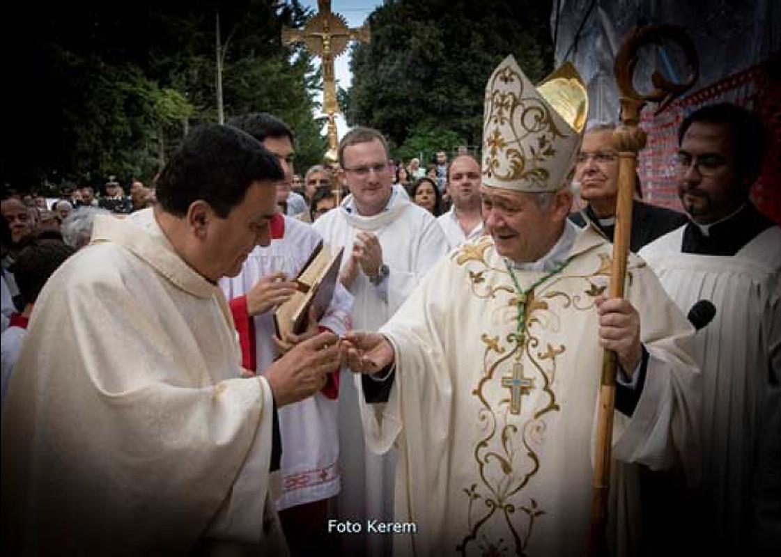 mons. Gianfranco de Luca inaugura il nuovo Santuario ampliato, e lo dedica alla SS.ma Trinità (19 settembre 2013) ...