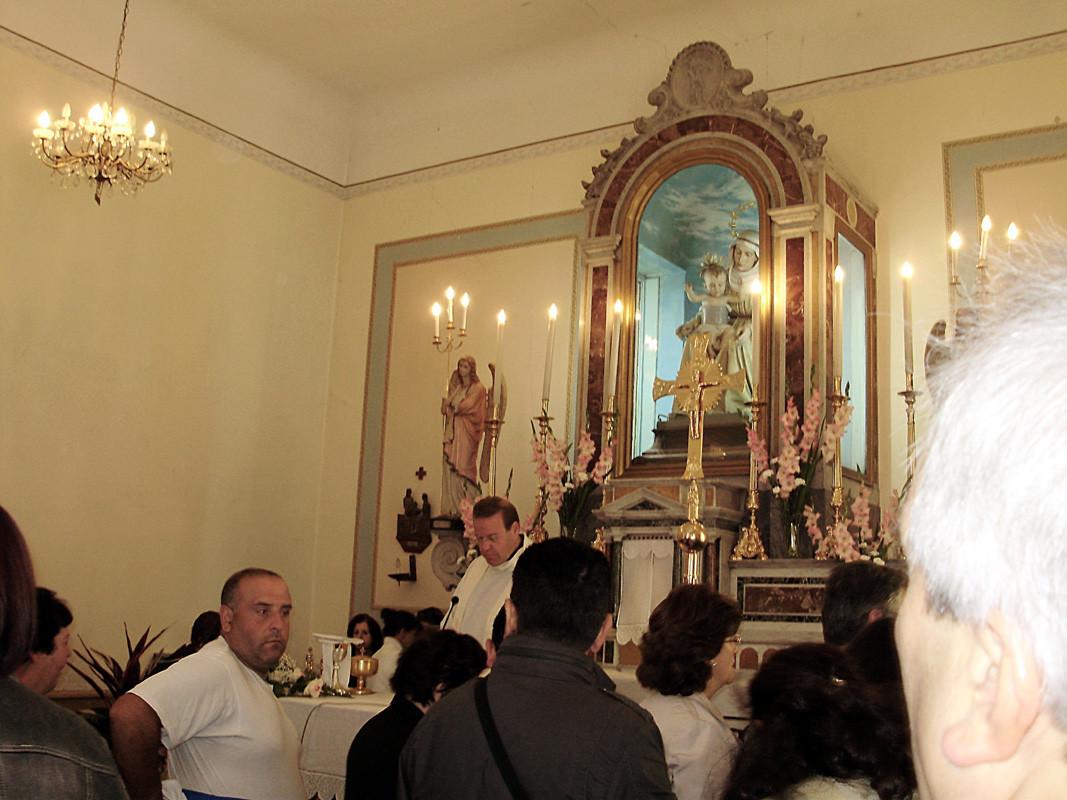 il parroco si accinge a celebrare una delle tante Messe previste per il giorno di festa ...