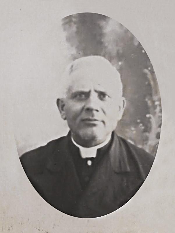 don Salvatore Maria Pannullo (1849-1926), qui ritratto nel 1901 ca, quando divenne parroco di Pietrelcina.  Fu accanto al giovane Francesco Forgione nel corso della maturazione della sua vocazione religiosa