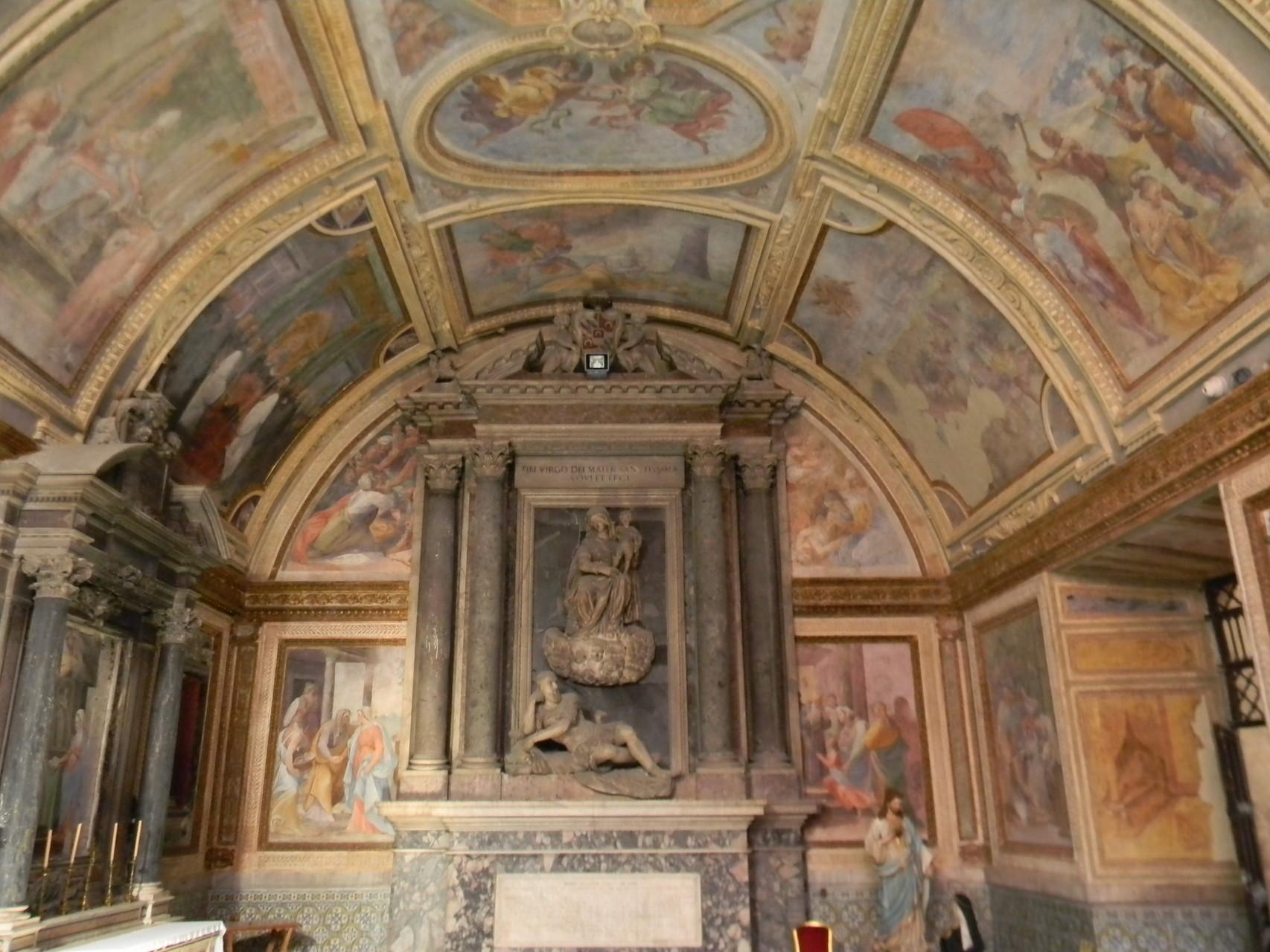 """Il monumento funebre ad Alonzo Sánchez de Luna (1588) del NACCHERINO; sopra, il """"Martirio di S. Barbara"""" del CORENZIO e aiuti [foto Peppe Guida]"""