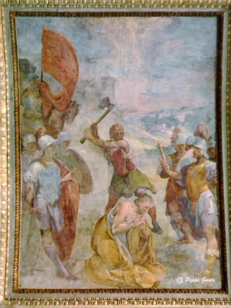 """B. CORENZIO-A. NUCCI-V. DE PINO, """"S. Alessandro percosso a morte dalla scure"""" (secondo D'Addosio), oppure """"Decapitazione di S. Primiano"""" (1597-1599), affresco [foto Peppe Guida]. Probabilmente non si trattò di scure, ma di gladio."""