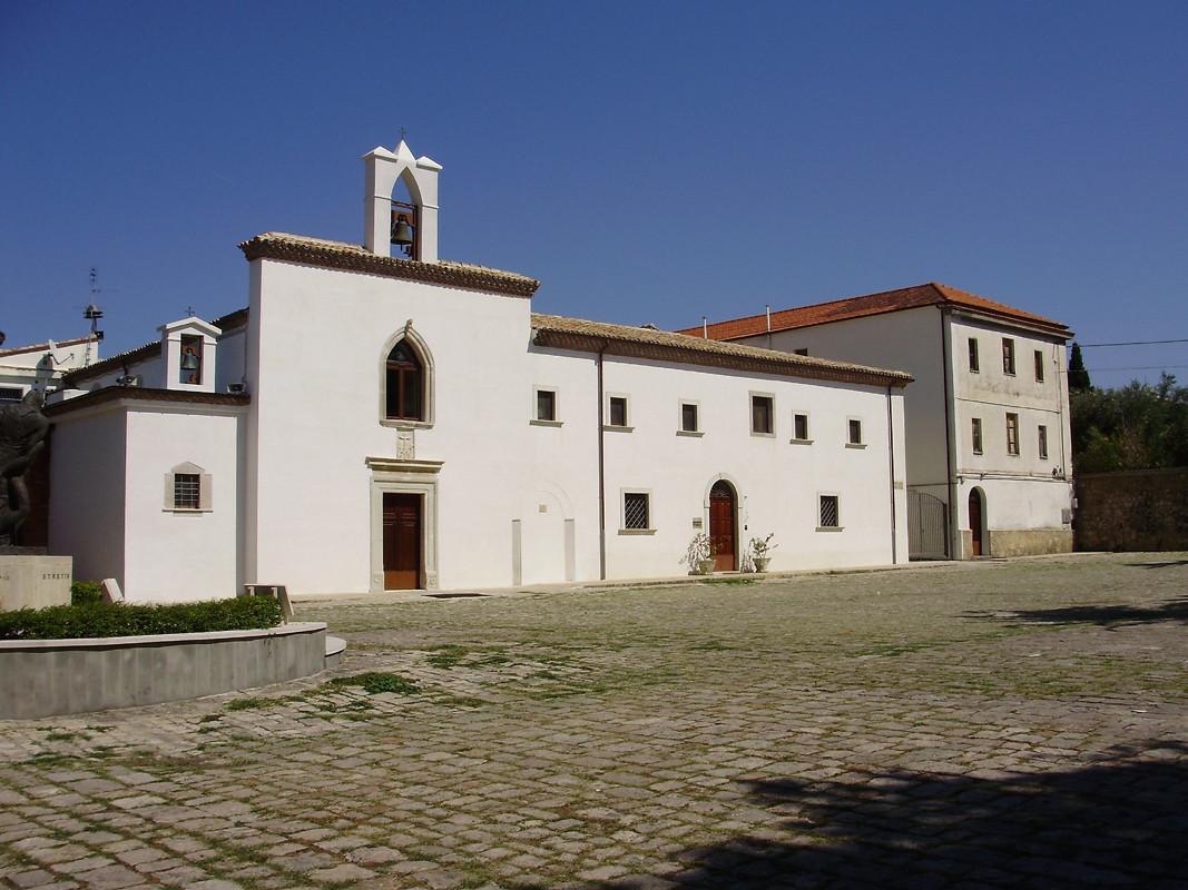 La facciata del Convento riportata alle antiche forme, dopo i recenti restauri (2011) [foto Miscione]