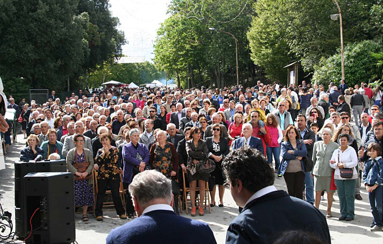 ... folla di fedeli al termine della Messa del giorno di festa ...