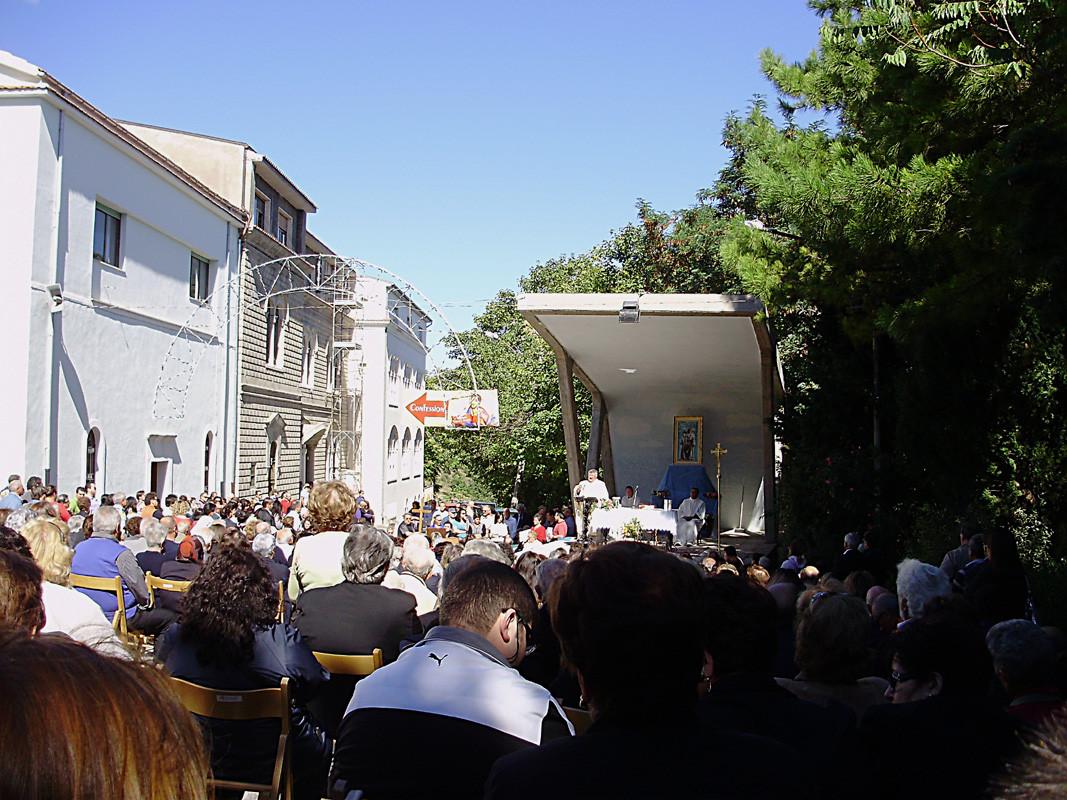 inizia la Santa Messa, celebrata dal vescovo di Termoli-Larino ...