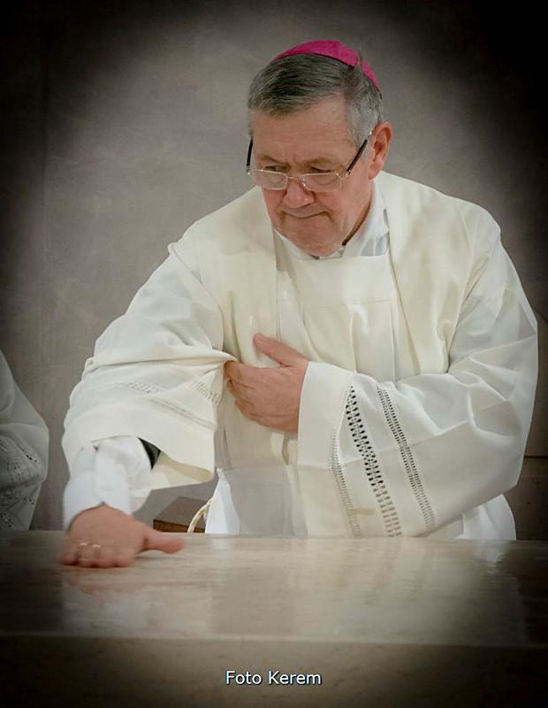 ... unge con l'olio la mensa del nuovo altare