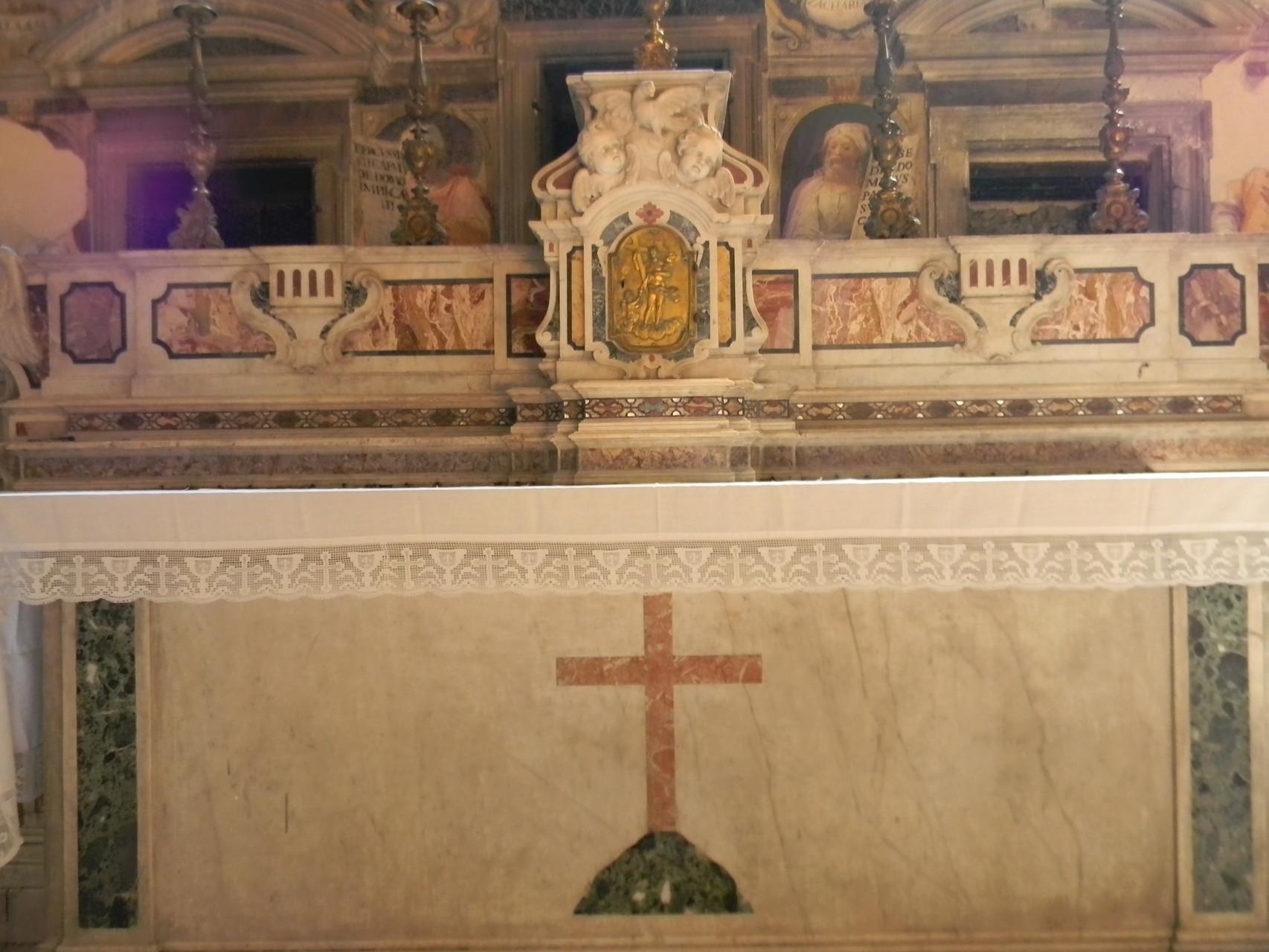 L'Altare maggiore, che attualmente custodisce le reliquie dei Martiri [foto Peppe Guida]