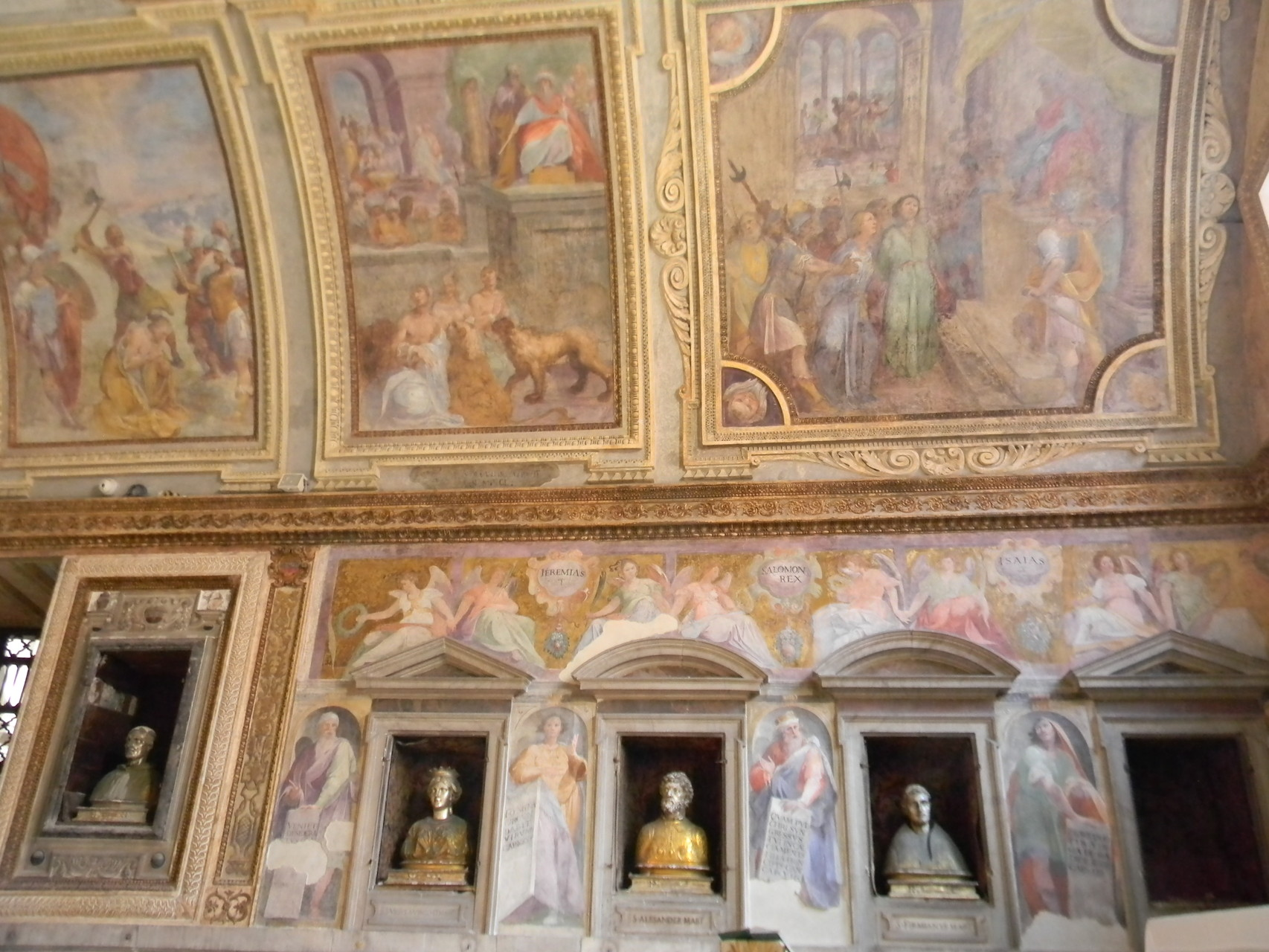 La Cappella del Tesoro finalmente riaperta al culto; riconoscibile il busto di S. Primiano (3° da sinistra); in alto particolare delle scene martiriali di B. CORENZIO-A. NUCCI-V. DE PINO (1597-1599), affresco [foto Peppe Guida]